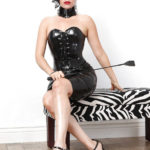dominatrice telephone avec cravache en robe latex