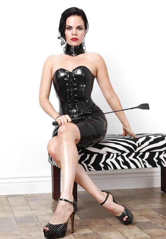 dominatrice telephone avec cravache en robe latex